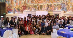 The Flame staffers and participants of How Press Works 2.0 pose with guest speakers Dino Maragay of philstar.com and John Nery of INQUIRER.net. photo by Marylou C. Sausa