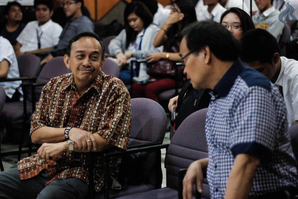 Bro. Romualdo Abulad, SVD and Assoc. Prof. Reynaldo Reyes engage in a conversation. photo by Lorenzo Abel S. Dionisio