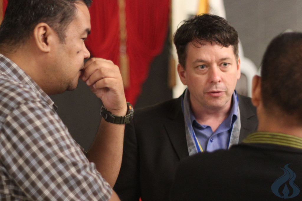 Prof. Boyd Blundell from the Loyola University exchanges ideas with other scholars. photo by KARL ANGELO N. VIDAL