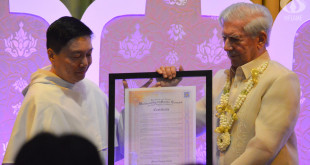 Vice Rector Rev. Fr. Richard Ang, O.P. awards the title of Honorary Professor to Nobel laureate Mario Vargas Llosa Monday, Nov. 7. PHOTO BY JANINE C. PEREA